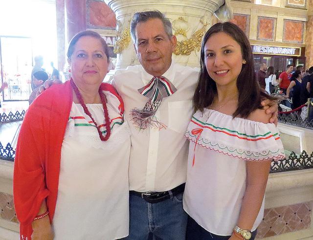 El señor José Pasarín viajó desde Colima en compañía de su familia para celebrar la Independencia de México en la 'ciudad de las luces'. Jueves 15 de septiembre en el hotel y casino Cae ...