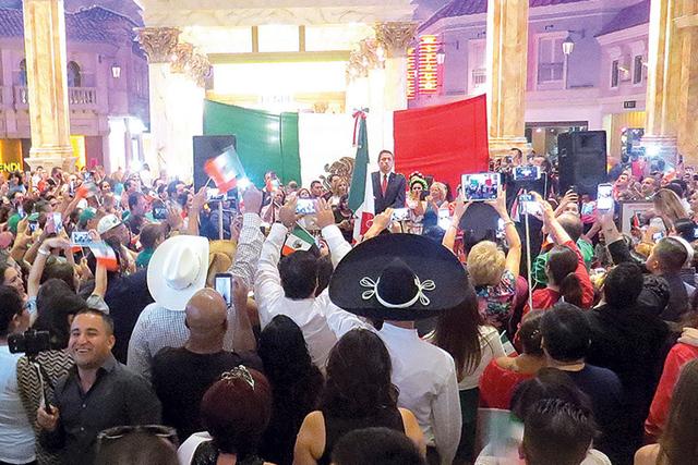 """Cientos de personas respondían con el tradicional """"Viva"""", cada que el cónsul Madrigal mencionaba a alguno de los personajes históricos de México. Jueves 15 de septiembre en el hotel y casi ..."""