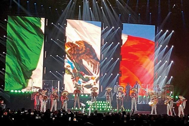 """""""El Potrillo"""" apareció en el escenario con un traje de charro negro y sombrero, para después exclamar el tradicional ¡Viva México!.   Foto El Tiempo"""