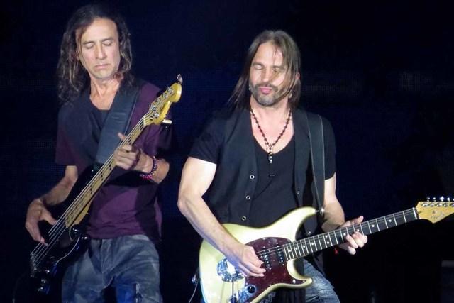 uan Calleros (izquierda) y Sergio Vallín (derecha) demuestran en cada concierto porque son considerados como dos de los mejores músicos de rock en español a nivel mundial. Viernes 16 de septiem ...