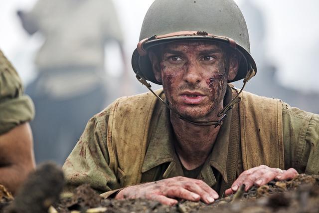 ¿Cómo puede este soldado luchar por su país sin defensa alguna?.