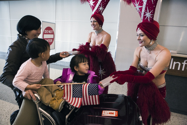 Showgirls dan regalos a pasajeros del vuelo de Hainan Airlines a su llegada al aeropuerto McCarran el viernes 2 de diciembre del 2016. (Jeff Scheid/Las Vegas Review-Journal Follow @jeffscheid).
