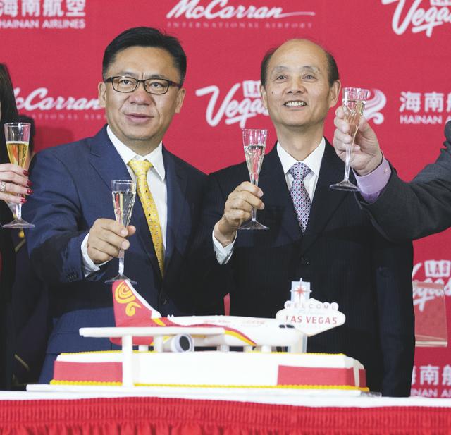 Hou Wei, senior Vice Presidente de Hainan Airlines, y Luo Linquan, cónsul general República Popular de China en San Francisco, celebran  la llegada del primer vuelo inaugural en el aeropuerto Mc ...