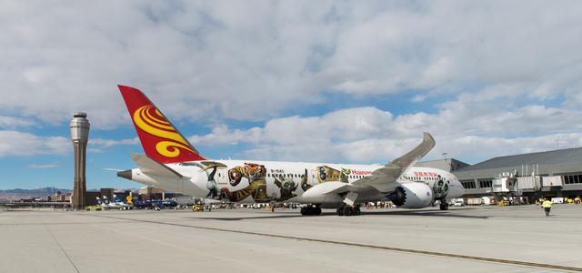 El vuelo 7969 de Hainan Airlines, un avión Boeing 787 procedente de Beijing, China arriba al aeropuerto McCarran en  Las Vegas el viernes 2 de diciembre del 2016. (Foto Mark Damon/Las Vegas News  ...