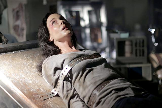 Cuando la protagonista intenta averiguar qué ocurrió con el anterior inquilino de su piso, se verá envuelta en toda una serie de misterios que se convertirán en su peor pesadilla.