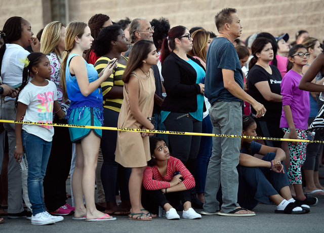 Padres de familia esperaban la tarde del miércoles 7 por sus hijos, fuera de la Johnson Junior High Schoo,l al oeste de Las Vegas. (Foto David Becker/Las Vegas Review-Journal).