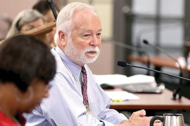 El Dr. Joseph Iser, director del Distrito de Salud del Sur de Nevada (SNHD) ante el Consejo del SNHD durante una reunión mensual, el jueves 28 de mayo de 2015 en Las Vegas. La junta trató de una ...