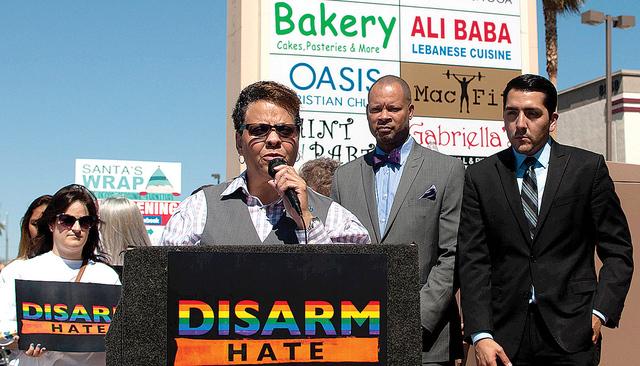 La senadora de Nevada, Pat Spearman, pidió al congresista republicano Joe Heck tome acción en cuanto al control de armas de fuego, el jueves 7 de junio a las afueras de la oficina de Heck. Foto  ...