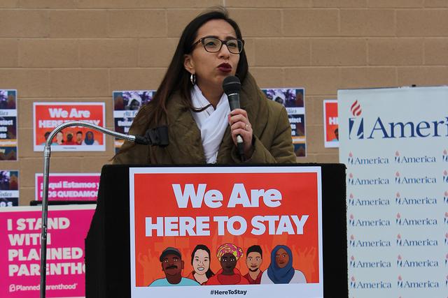 La abogada Jocelyn Cortez, recomendó tener un sobre con todos los documentos importantes a la mano y mantener la calma ante las promesas de Donald Trump de posibles deportaciones, el sábado 14 d ...