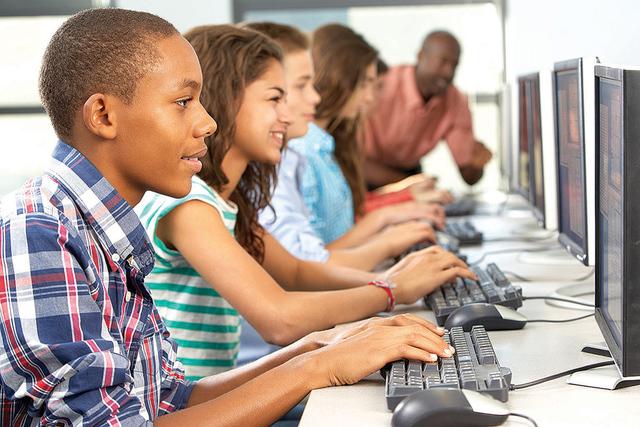 Los programas de CTE ofrecen formación de alta tecnología con equipos de última generación, créditos universitarios para todos los programas de calificación, trabajo de sombra y pasantías y ...
