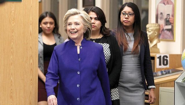 Hillary Clinton llega una mesa redonda para hablar sobre familias e inmigración, el martes 5 de mayo del 2015, en Rancho High School. (Sam Morris/Las Vegas Review-Journal)