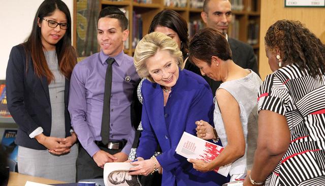 Hillary Clinton autografía una copia de su libro luego de una mesa redonda sobre familias e inmigración, el martes 5 de mayo del 2015, en Rancho High School. (Sam Morris/Las Vegas Review-Journal)