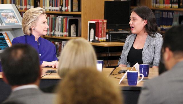 Hillary Clinton escucha a la estudiante de Rancho High School Betsaida Frausto durante una mesa redonda sobre familias e inmigración el martes 5 de mayo del 2015, en Rancho High School. (Sam Morr ...