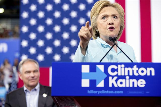 Candidata demócrata a la presidencia Hillary Clinton acompañada por en Senador de Virginia Tim Kaine. | AP Photo/Andrew Harnik.