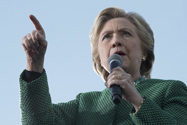 En esta foto de archivo la candidata demócrata a la presidencia, Hillary Clinton, habla en un evento de campaña en Charlotte, N.C. Según resultados de una reciente encuesta del periódico Las V ...