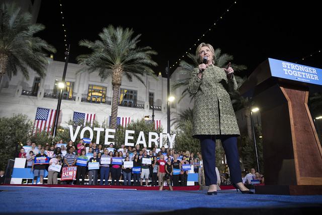 Hillary Clinton prometió que haría la mayor inversión en puestos de trabajo desde la Segunda Guerra Mundial, el miércoles 12 de octubre de 2016 en el Centro para las Artes Escénicas Smith en  ...