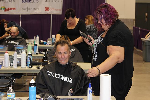 Los cortes de cabello fueron de los más solicitados por las personas en situación de calle. Cashman Center, martes 15 de noviembre./Foto El Tiempo.
