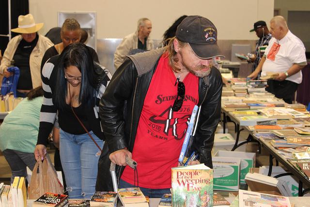 Los beneficiados pudieron llevarse libros gratuitos. Cashman Center, martes 15 de noviembre./Foto El Tiempo.