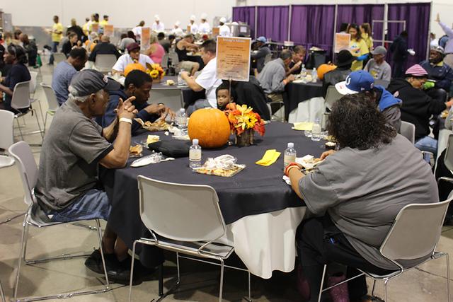 Caridades Católicas del Sur de Nevada sirvió más de 2 mil 500 platos con todo y postre, en el Cashman Center, el martes 15 de noviembre del 2016. /Foto El Tiempo.