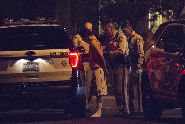 La Policía Metropolitana de Las Vegas toma en custodia a un individuo que estuvo atrincherado por horas en un hogar de Summerlin, el domingo 25 de septiembre.  (Foto Jason Ogulnik/Las Vegas Revie ...