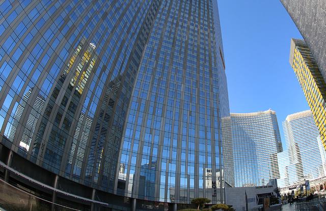 El hotel Mandarin Oriental, a la izquierda, y el Aria hotel-casino, al centro, en Las Vegas, vistos el uno de Febrero del 2017. (Bizuayehu Tesfaye/Las Vegas Review-Journal) @bizutesfaye ).