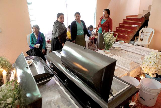 Amigos y conocidos asisten al servicio funeral de la familia Pérez Vásquez quienes fallecieron a causa del desastre natural provocado por lluvias de la tormerta tropical Earl, en Xaltepec, Méxi ...