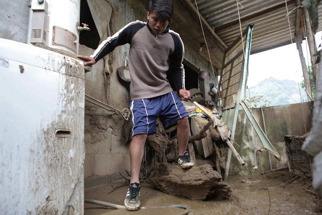 Un residente inspecciona los daños en su casa affectada por la tormeta tropical Earl en Xaltepec, México, el lunes 8 de agosto, 2016. Comunidades en dos estados mexicanos se recuperan del desast ...