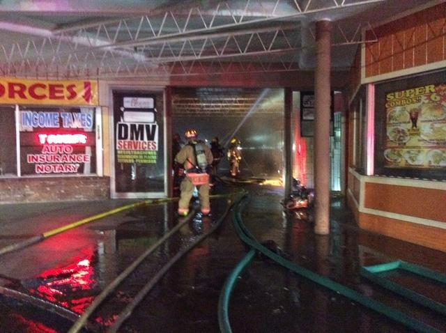 """Seis negocios, entre ellos algunos hispanos, fueron dañados en el incendio de la plaza comercial """"Twin Lakes"""", en el 1000 N. Rancho, la madrugada del 23 de septiembre del 2016. (Foto Las Vegas Fi ..."""
