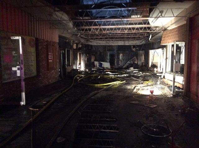 """En esta foto se aprecian cuatro negocios dañados por un incendio ocurrido en la plaza comercial """"Twin Lakes"""", 1000 N. Rancho Drive, la madrugada del viernes 23 de septiembre. (Foto Las Vegas Fire ..."""
