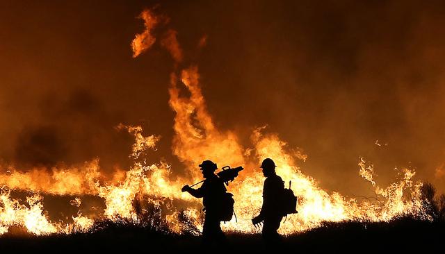 Los bomberos de Erskine batallan con la llamarada el jueves en la noche alrededor de las 11pm en Lake Isabella, Calif., junio 23, 2016. (Casey Christie/The Bakers eld Californian via AP)