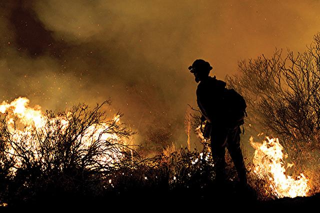 El martes 16 de agosto de 2016 fuertes incendios se presentaron sobre la carretera 138 y Hess Rd. en Phelan, Calif. Mientras los bomberos se preparan para combatir un incendio forestal en el Conda ...