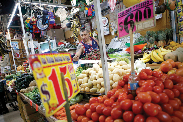 El vendedor Luis Alberto Bautista prepara sus productos frescos al comienzo del día, en su puesto de verduras en el Mercado Medellín en la Ciudad de México, el jueves 2 de febrero de 2017. (Fot ...