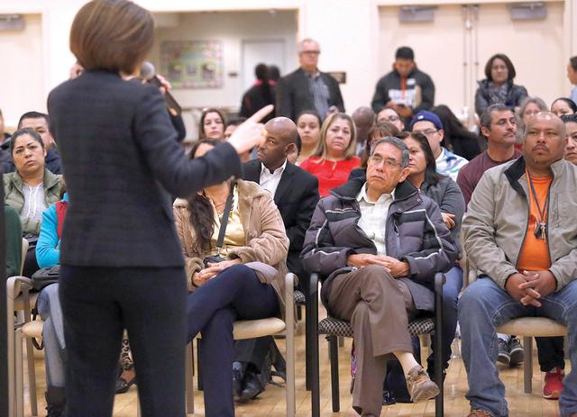 Decenas de personasescuchan a la Senadora de los Estados Unidos, D-Nev, Catherine Cortez Masto mientras habla acerca de los derechos de inmigración durante un evento del Caucus Hispano de Nevada  ...
