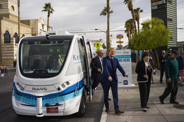 """Pasajeros llegan al Container Park transportados en un vehículo shuttle autónomo, en el centro de Las Vegas, el martes 10 de enero del 2017. Este shuttle llamado """"ARMA"""", fue creado por las empre ..."""