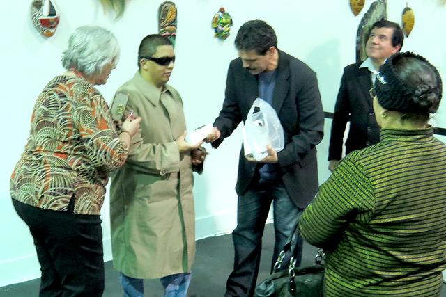 Miembros de 'En Vista de Todos' recibieron iPhone, el cual cuenta con una aplicación que adecua el artefacto a sus necesidades. Miércoles 4 de enero en el Museo Hispano. | Foto El Tiempo/Ant ...