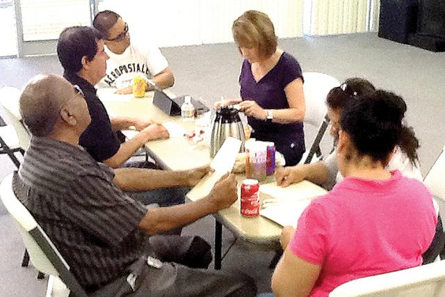 Clases de inglés, asesoría psicológica y legal, son algunas de las opciones disponibles para personas invidentes que se han unido al grupo 'En Vista para Todos'. Martes 23 de agosto. Foto:  ...