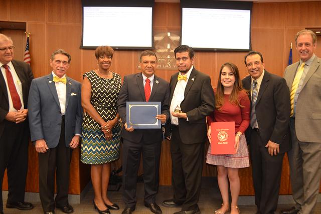 El vicealcalde de NLV, Isaac E. Barrón (centro) junto a grandes personalidades del entretenimiento y medio político. Foto El Tiempo