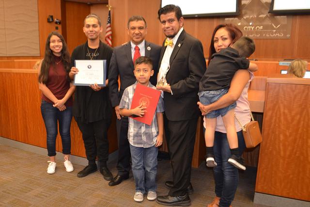 Isaac E. Barrón (centro) junto a sus nietos e hijos, lo acompañaron en este emotivo momento, el jueves 8 de septiembre. Foto El Tiempo
