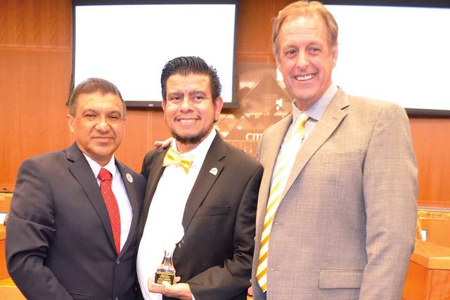 El presidente de El Paseo de la Fama de Las Vegas, Pablo A. Castro Zavala (izq.), el vicealcalde de NLV, Isaac E. Barrón y el Alcalde de NLV, John Lee, durante la ceremonia de entrega la Presea M ...