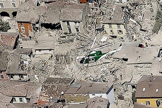 Un helicóptero de rescate sobrevuela la zona de Amatrice en Italia central, donde un poderoso sismo de magnitud 6 destruyó viviendas y mató al menos 159 personas, la madrugada del miércoles 24 ...