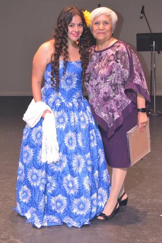 La joven promesa musical Cristina Muñoz posando junto a pta. María A. Larios. Foto El Tiempo