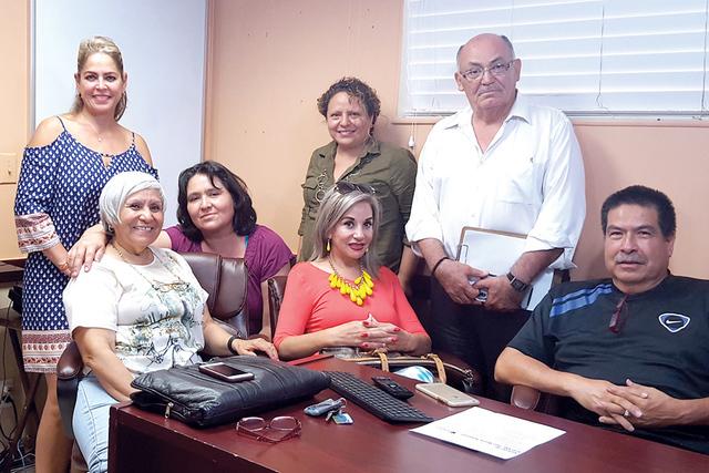 Mesa directiva de Izq. a derecha. De pie Laura Ruelas, sentada Ma. Antonieta Larios, Ruth Torres, Mimi P. Quintero (blusa naranja) detrás Marina Miranda. De pie Javier Becerra y Agustín Gálvez.