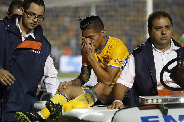 El centrocampista Javier Aquino, de Tigres, es trasladado a una ambulancia durante el partido final de la liga mexicana contra América en Monterrey, México, el domingo 25 de diciembre de 2016. ( ...