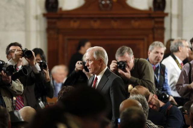El Senador Jeff Sessions (al centro), R-Ala., designado para Secretario de Justicia de la nación, en Capitol Hill en Washington, el 10 de enero del 2017. (Alex Brandon/AP).