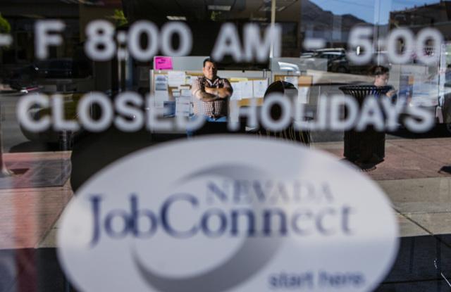 En esta foto de archivo se ve la puerta de entrada de la agencia Job Connect, en Henderson, con su logotipo y el horario de oficina. Segun reportes del Departamento de Empleo, Capacitación y Reha ...