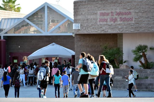Estudiantes llegan a la Johnson Junior High School la mañana del martes 13. (Foto David Becker/Las Vegas Review-Journal).