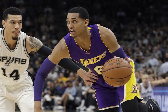 Los Angeles Lakers guardian Jordan Clarkson (6) unidades alrededor de San Antonio Spurs guardia Danny Green (14) durante la primera mitad de un partido de baloncesto de la NBA, el jueves, 12 de en ...