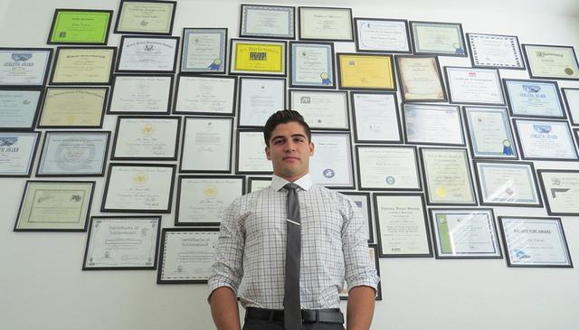 José Alfredo Yañez Salas cuenta con más de 60 reconocimientos académicos y deportivos, producto de su esfuerzo diario por buscar la oportunidad de ir a una universidad prestigiosa pese a su es ...