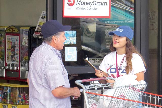 Con solo 18 años de edad, Jennifer Hernández puede llegar a registrar de 10 a 13 nuevos votantes en una jornada de voluntariado, el sábado 27 de agosto de 2016 en un supermercado hispano. | Fot ...