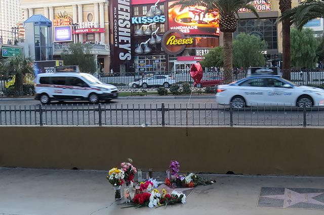 Fanáticos del cantautor mexicano Juan Gabriel, llevaron ofrendas a su estrella colocada en el Strip de Las Vegas, después de conocer  la lamentable noticia del fallecimiento del ídolo internaci ...